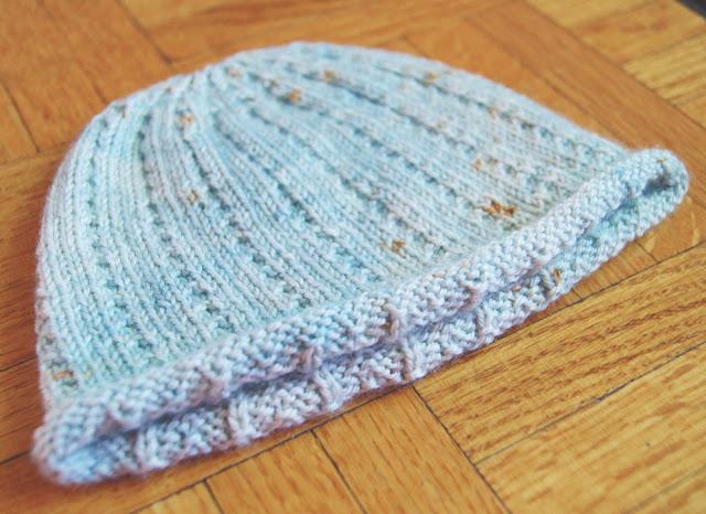 Bonnet tricoté gratuit pour bébé en côtes perlées