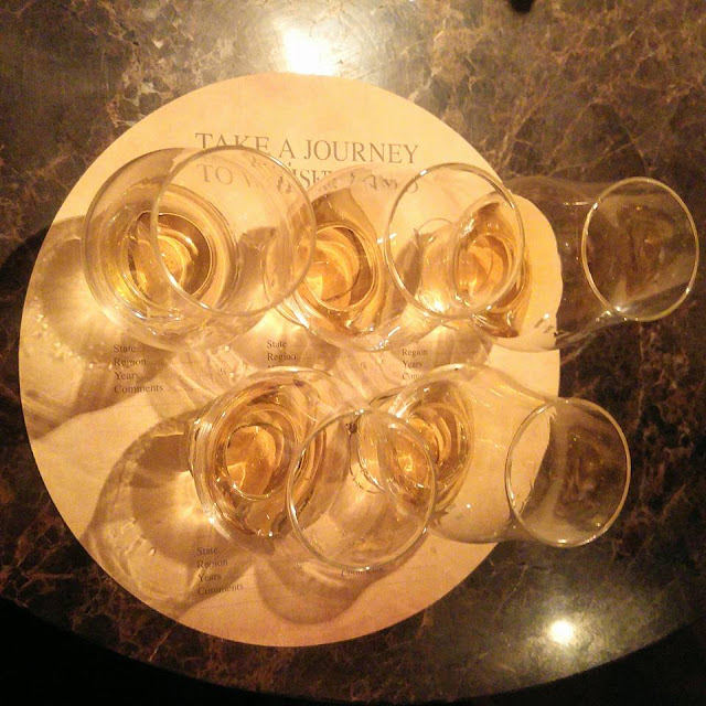 בתמוה: כוסות טעימה עם משקאות שונים על בר. צילום: יחסי ציבור