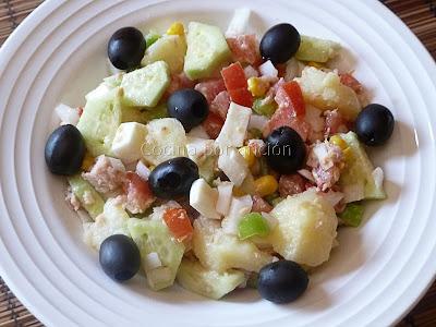 ensalada de patatas, huevo duro y verduras