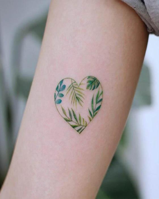 tatuaje de corazón con plantas