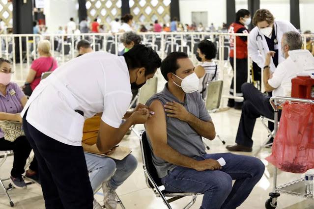 No alcancé la semana pasada, pero hoy me tocó mi primera dosis como cuarentón rezagado, Mauricio Vila al recibir su vacuna contra el COVID19