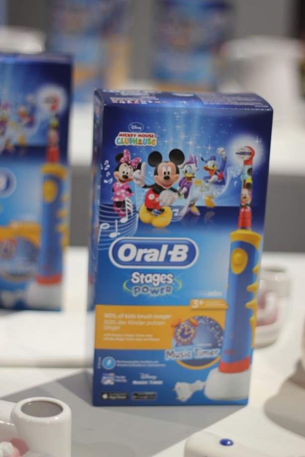 photo-higiene-salud-bucodental-infantil-niños-oralb-stages-disney-cepillos-dientes-electricos-mickey-mouse