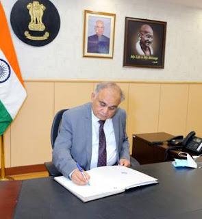 श्री अनूप चंद्र पांडेय ने नए निर्वाचन आयुक्त के रूप में पदभार संभाला