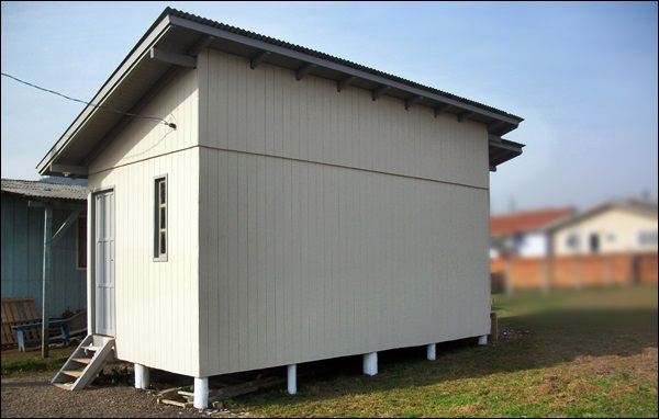 casa de madeira com telhado de uma água