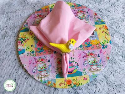 Sousplat de tecido com guardanapo e argola de passarinho
