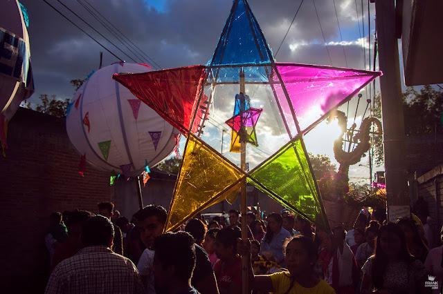 Farol de colores en calenda de Oaxaca