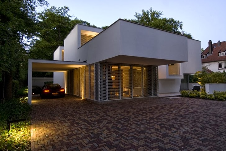 Modern home by Clijsters Architectuur Studio at night