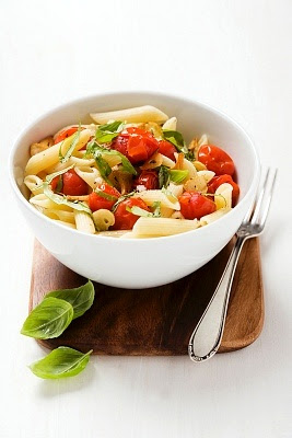 Pasta con tomates cherry y albahaca