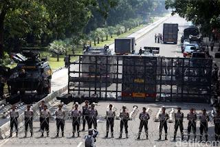 ICW Duga Polisi Belanja Rp 408 Miliar untuk Persiapan Demo Omnibus Law