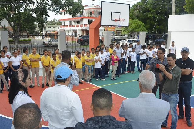 Alcaldia de Santiago de los Caballeros entrega cancha en Mejoramiento Social