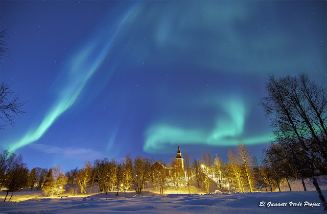 Aurora sobre Elverhøy kirke - Tromsø, Noruega por El Guisante Verde Project
