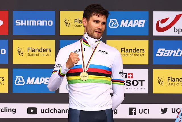 Filippo Ganna no pódio com a medalha de ouro e a camisa arco-íris