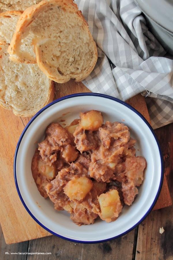 Piatto di spezzatino di manzo con patate e pane al rosmarino