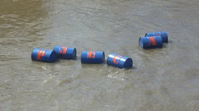 Drum Besi Terapung di Air