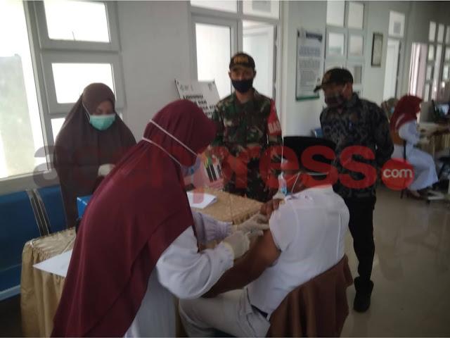 Babinsa 09 /Kodim 0106 ,Kawal Dan Dampingi Pelaksanaan Penyuntikan Vaksin Sinovac di puskesmas Ketol