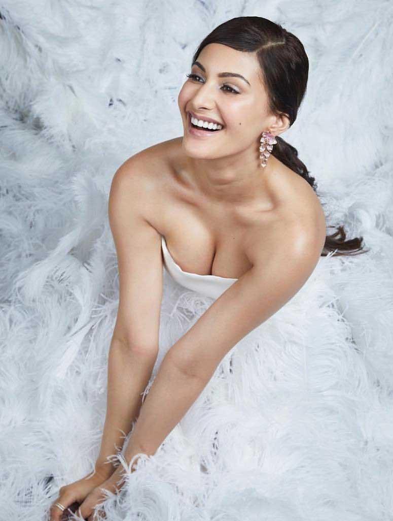 Hot Amyra Dastur flaunts her deep cleavage