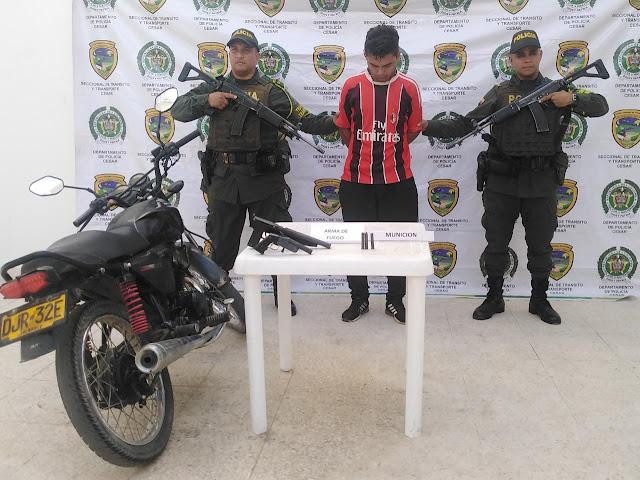 Un hombre y dos menores andaban en moto fuertemente armados