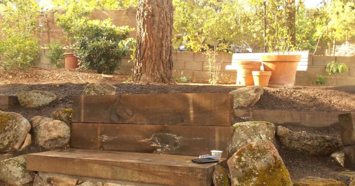 El jard n de la alegr a rocalla con bancos de piedra y - Traviesas de madera ...