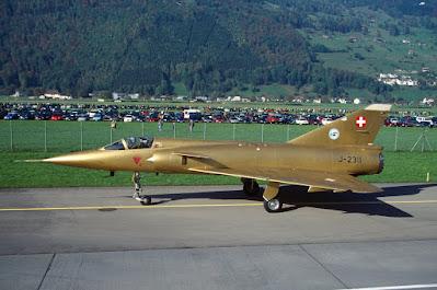 J-2311 in der offiziellen Farewell-Bemalung in Gold