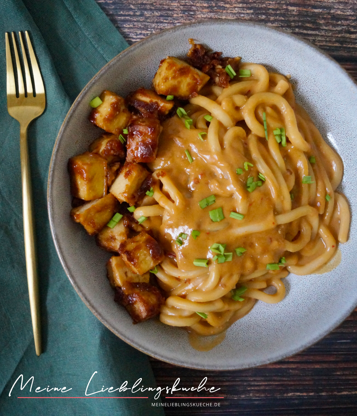 Udon Nudeln mit Erdnuss-Sauce und Tofu