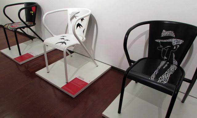 Cadeiras da Adico com ilustrações de Fernando Pessoa, Andorinhas e o Galo de Barcelos