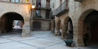 Plaza porticada de Horta de Sant Joan.