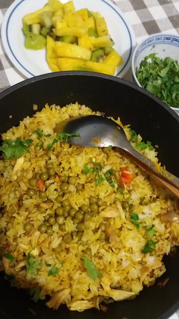 Riz sauté safrané; recette facile : un reste de poulet,un peu de petit pois,un ou deux oeufs en omelette,du riz,du curcuma et voilà la recette presque prête!