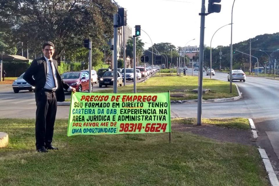 Desemprego: advogado usa faixa para pedir emprego nas ruas
