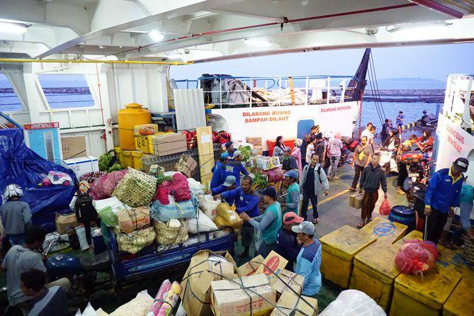 Transportasi kapal laut untuk pengiriman sembako ke Karimunjawa