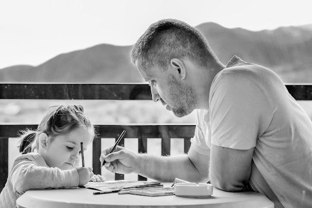 أب مع بنتة
