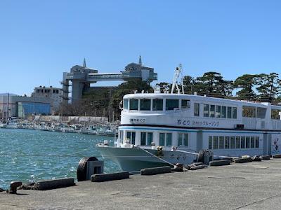 遊覧船と大型展望水門びゅうお