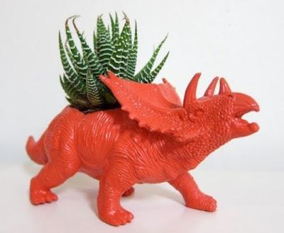 dinosaurio es una maceta de un bonito cactus.