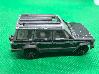 Jeep CHEROKEE 4×4 のおんぼろミニカーを側面から撮影