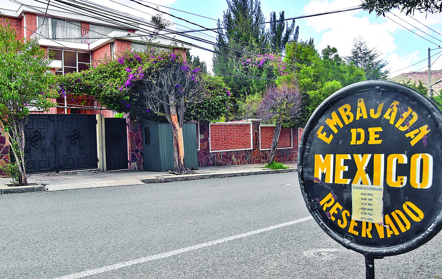 La residencia de la embajada mexicana es custodiada por la resistencia civil / ARCHIVO PÁGINA SIETE