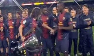 برشلونة: عندما اعتقد أليكس سونج أن كارليس بويول يريده أن يرفع الكأس بدلاً من إريك أبيدال