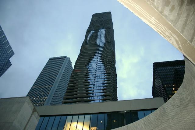 Vista contrapicado de la Aqua Tower de Chicago realizada por la propia arquitecta, Jeanne Gang; tal y como su nombre indica, la Aqua Tower simula agua en la fachada