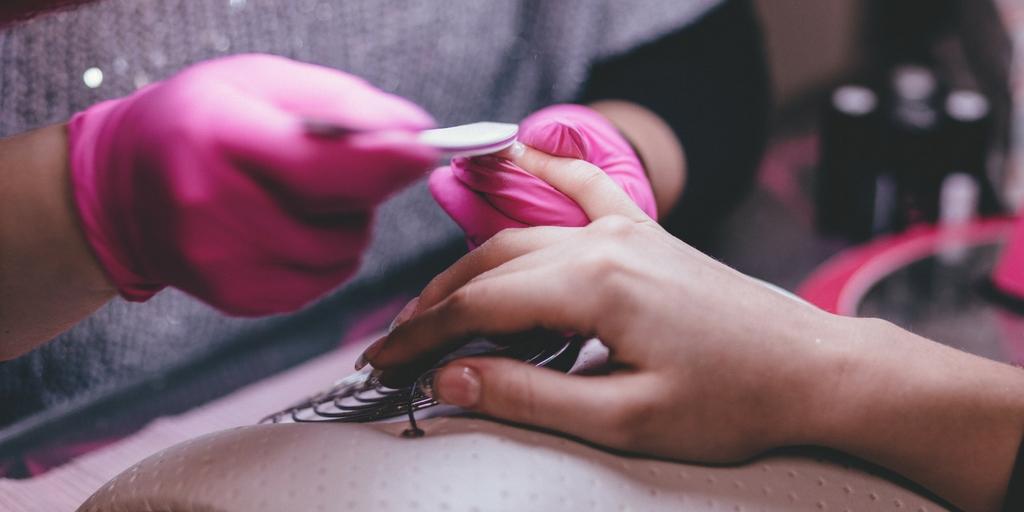 Plusy i minusy manicure hybrydowego