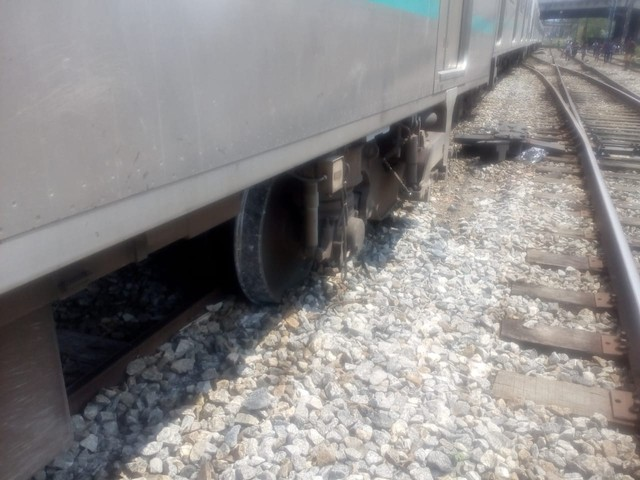 Trem da SuperVia descarrilha e assusta passageiros