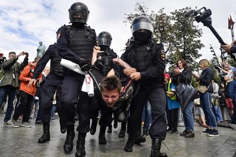 Az orosz rendőrség őrizetbe vette egy moszkvai nem engedélyezett tüntetés sok résztvevőjét