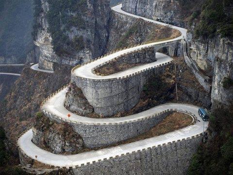 jalan berliku-liku menukik tajam di gunung