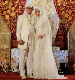 Inspirasi Foto Pengantin Muslim Modern Tapi Tetap Syar'i,gaun putih pengantin muslimah,kebaya pengantin warna putih,gaun pengantin muslimah simple dan elegan,baju nikah putih,pengantin terkini,