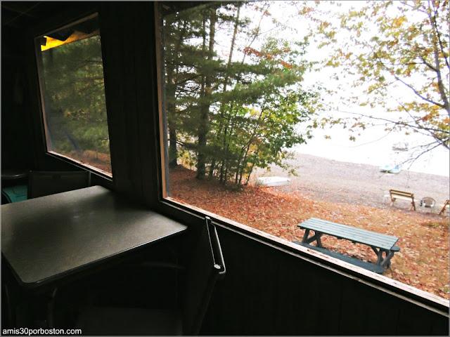 Porche Cubierto de una de las Cabañas de Lakeside Cedar Cabins en Maine