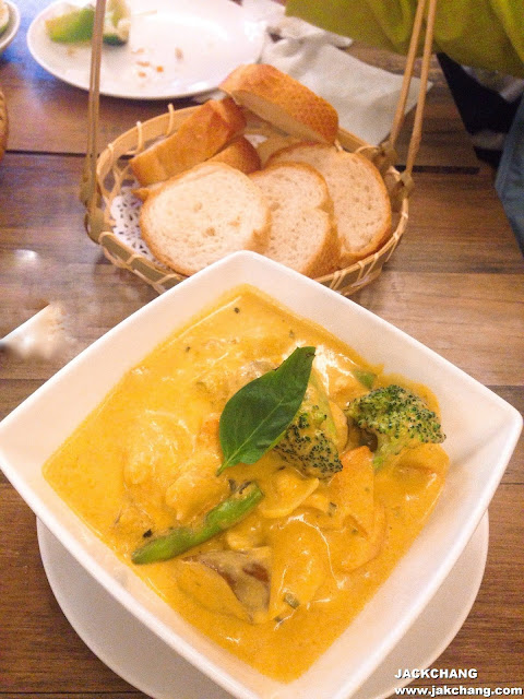 Curry chicken with French bread