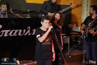 Ο Γιάννης Πολονύφης τραγουδάει