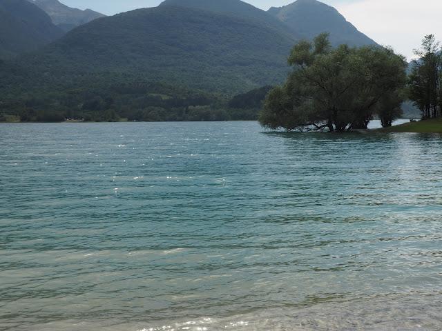 Acqua, alberi e montagne sul lago di Barrea