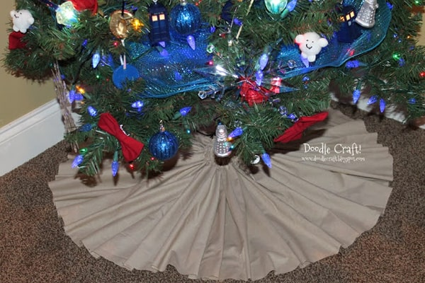 Gathered Tree Skirt  Sew up a new tree skirt to adorn the base of the Christmas tree.