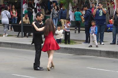 Ein paar tanzt Tango auf den Straßen von Mexico City. Aufgenommen während der Wikimania 2015.