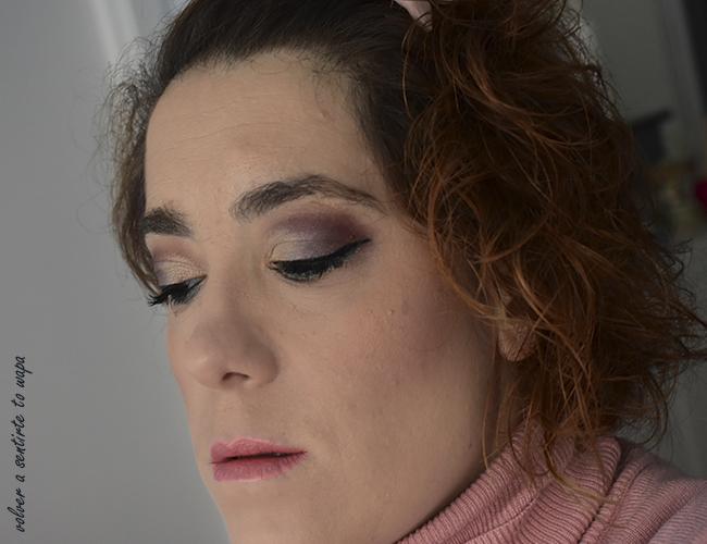 Maquillaje en dorado y lila con labios metálicos en tono coral
