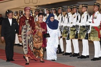 Wearing Balinese Traditional Clothing, Jokowi arrived in Kuala Lumpur