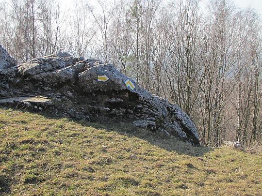 Żółty szlak sprowadzający po skalistym zboczu Góry Zamkowej